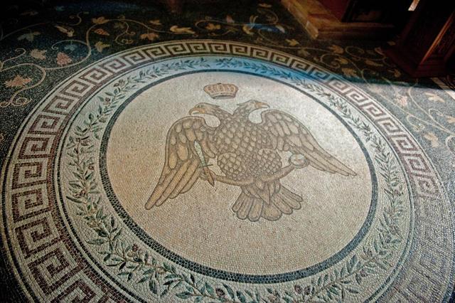 Мозаичный пол с изображением византийского символа двухглавого орла. Совеременная реконструкция