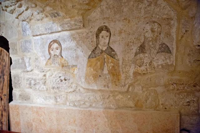Древние фрески, сохранившиеся в нижнем храме