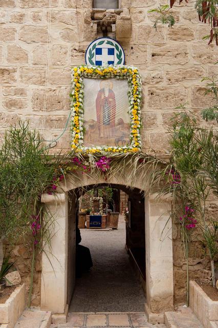 Центральный вход в монастырь, украшенный к празднику
