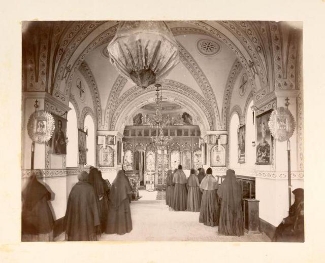 Молящиеся монахини в храме во имя Казанской иконы Божией Матери
