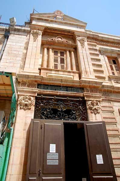 На дверях Александровского подворья висит табличка - «Православное Палестинское Общество (Иерусалим и Ближний Восток)». © Иерусалимское отделение ИППО