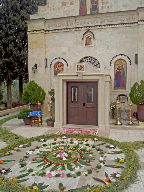 """Цветочный ковер у входа в храм в праздник """"Целования"""" Горненский монастырь в Иерусалиме"""